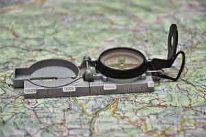Navigation mit Kompass und Karte
